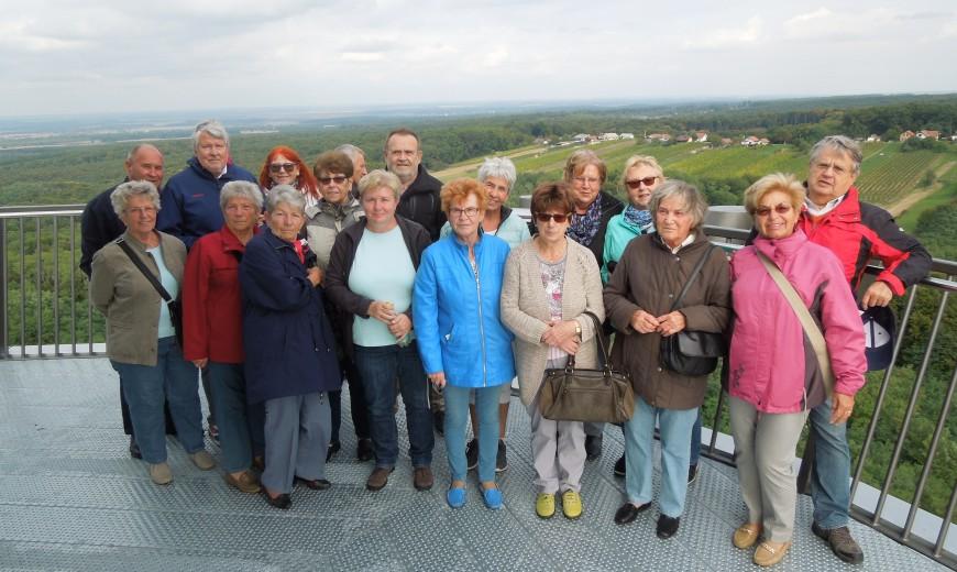 Teil der Reisegruppe in 42 Meter Höhe über Lendava Der Blick reicht bis nach Österreich, Ungarn und Kroatien.